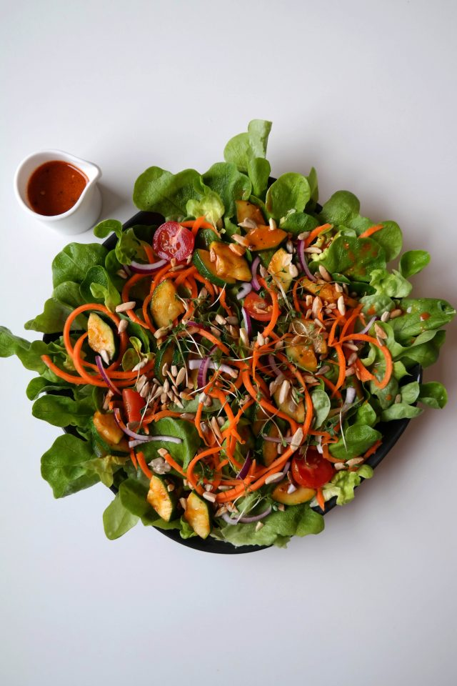 Salat mit gebratener Zucchini und Lieblingsdressing