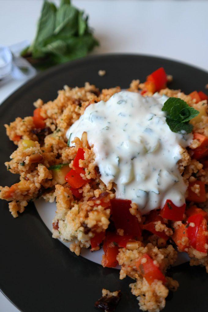 Couscous-Gemüse-Salat mit Joghurt-Minz-Dip Rezept vegan