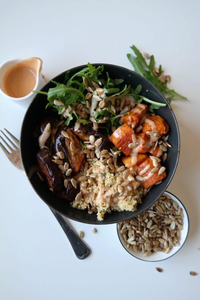Süßkartoffel-Auberginen-Couscous Bowl mit Rucola und cremigem Tahina-Dressing